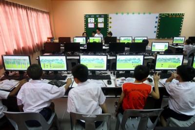 学校无法培训自己的师资教电脑课,才需外包电脑公司。(档案照)
