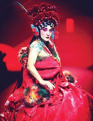 陈志朋画上刀马旦妆诠释服装。