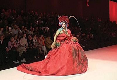 陈志朋在武汉时装周走胡社光设计师的服装秀。