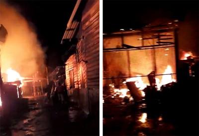3其中店屋陷入熊熊烈焰之中。