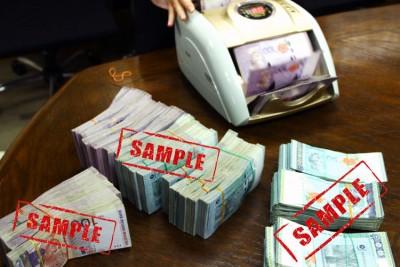 银行须呈报2万5000令吉以上现金交易新措施,或加重国内市场交易麻烦,令外资却步。(档案照)
