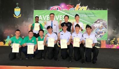 锺灵中学校长朱圣保(后排左2打)、受害者龙仕杰以及当日拯救其身的学弟合影留念。