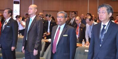 王建民(左2)在莫哈末尼查行政议员(左1)、阿汉阿都拉曼(右2)及霹州厂商公会会长颜德光的陪同下为工业园区研讨会主持开幕。