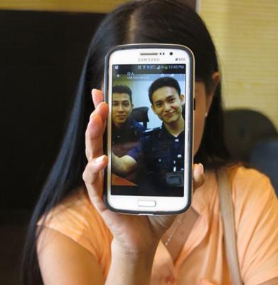 """陈女士出示与她对话的诈骗老千,是盗用新加坡""""帅哥警察""""英勇救猫的照片为头象。"""