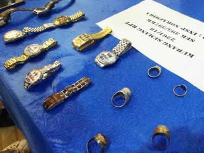 公安部所起获的号称表及金饰。