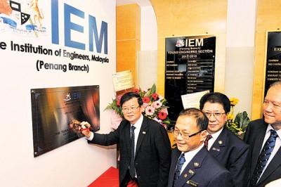 首长曹观友主持马来西亚工程师学会新秘书处办公室及活动会所开幕仪式,右起姚安然、黄震伦、丁春泽。