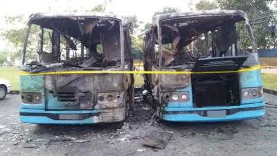 2辆厂巴疑被纵火烧毁。