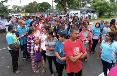 其中瓜拉冷岳的投票中心大排长龙,冗长的等候令党员怨声载道。