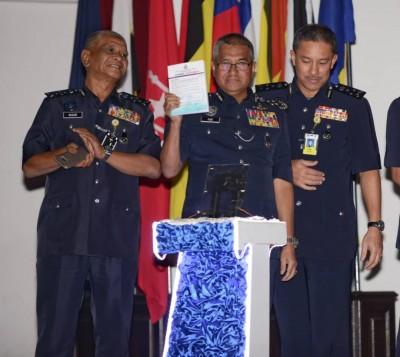 诺拉昔(左起)、弗兹与占里周二推介警隊廉正日记。