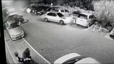 女郎惨遭轿车撞倒复拖曳数米。(视频截图)