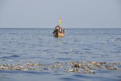 坠毁现场的海面遗下大量杂物及碎片。(法新社照片)