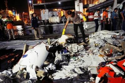 搜救人员打捞起大量残骸碎片。