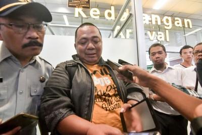 印尼财政部官员苏堤万(中)因塞车没赶上飞机。(法新社照片)