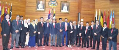 怡保市政厅新届市议员在首次会议后合影,左9是市政厅秘书莫哈末扎冠。