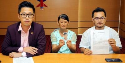 李存孝(左)陪同刘淑萍(中)在记者会上呼吁蔡佳俊尽快与家人联络报平安。右为议员助理胡华彬。