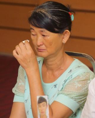 刘淑萍担心孩子安危,在记者会上流泪。