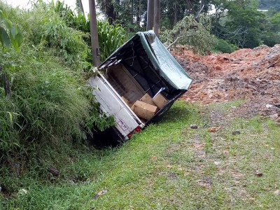 停放路旁卡车遭山泥冲翻至路旁沟渠,所幸车上没人。