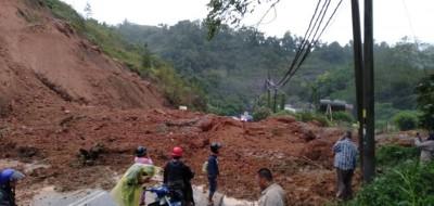 靠近瓜拉德拉51英里处发生土崩事件后,民众不知道道路中断而途经该处是受阻。