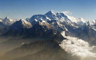 尼泊尔有着世界上14所高山峰中的8所,席卷珠穆朗玛峰,金秋攀登季节已达到顶峰。
