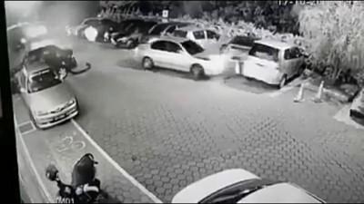 失控撞车和撞死路人之扰民逃逸司机,事发后曾落网。(视频截图)