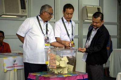 选委会主席阿兹哈阿兹占(中)巡视投票站。