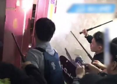 警官接报后破门而入。