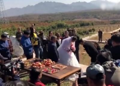 新郎新娘夫妻对拜。