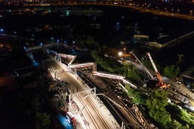 普悠玛列车当天出轨后呈现W列。(法新社照片)