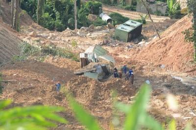 拯救队周日早上继续展开搜寻行动,以寻找被活埋者。