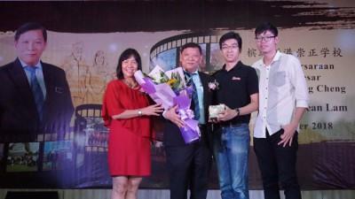 郑献楠、李思蓓及两名儿子在荣休仪式上合照留念。
