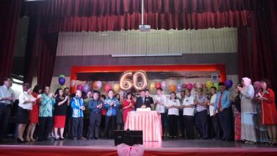 郑献楠在家人与教育界同事的陪同下,欢庆即将到来的60岁生日。