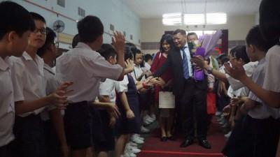 学生们夹道欢送郑献楠。