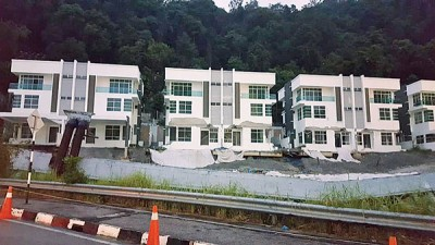 甘钻萍说去年11月4日坍塌的豪宅(Surin高级公寓前)是因地下土壤流失造成,令居民忧心忡忡