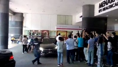 罗斯玛与两名儿子抵达KPJ大厦。