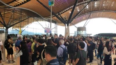 海口珠澳大桥香港口岸处一早发生旅行团排队抢头香。