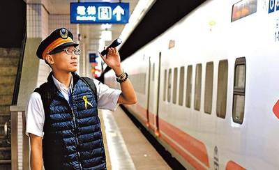 星期六是普悠玛翻车事故罹难者头七,台铁员工系上黄丝带哀悼。