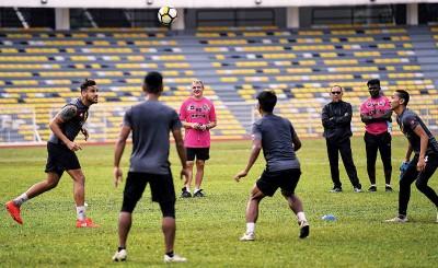 霹雳队主帅杜拉科维(左2)监督球队训练。