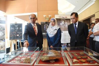 峇迪亚(左起)在再娜依布拉欣与哈斯里的陪同下参观考古文物。