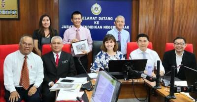 张念群宣布拨款200万给太平华联二校,并与郑东旺(左1)、谢玉婷、洪天送及教育局官员开心合照。