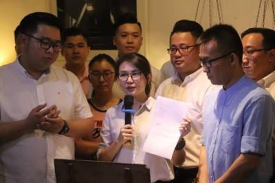 王晓庭(中)展示告假信,以行动进行公平竞选。