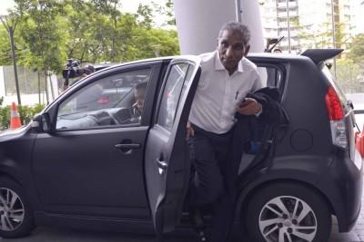 姗姗来迟的依尔旺下午3时25分乘坐第二国产车Myvi抵达布城反贪会总部录供。