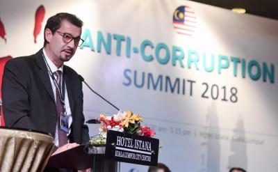 祖斯多在反贪污峰会论坛上抨击金融界允许银行沦为犯罪份子洗黑钱的工具。