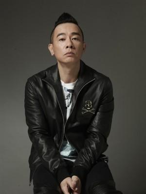陈小春经历了辍学、住贫民窟、打零工等艰辛的年少时光,考上TVB舞蹈艺员走上翻身路。