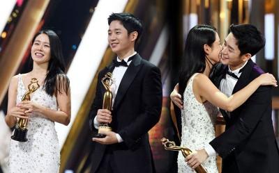 丁海寅下韩流饰演者奖,台上紧抱颁奖者孙艺真。