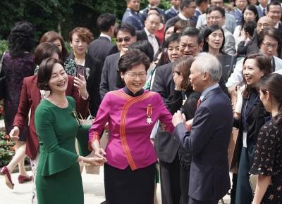 林郑(遭逢)推老公,思念单独和惠英红合照,场面搞笑。