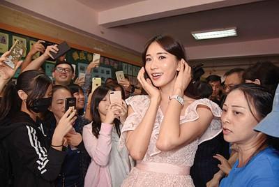 林志玲出席记者会路上被学生包围。