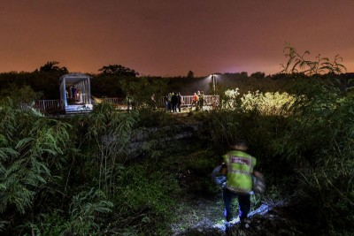 抢救局队员在案发现场进行搜查行动。