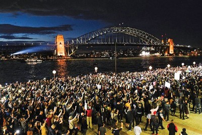 往往本名群众给周二晚,乘投射广告时在歌剧院外示威。