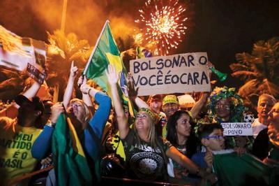 博尔索纳罗的支持者挥舞国旗庆祝。(法新社照片)
