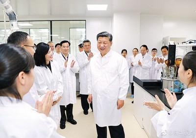 习近平考察粤澳合作中医药科技产业园。